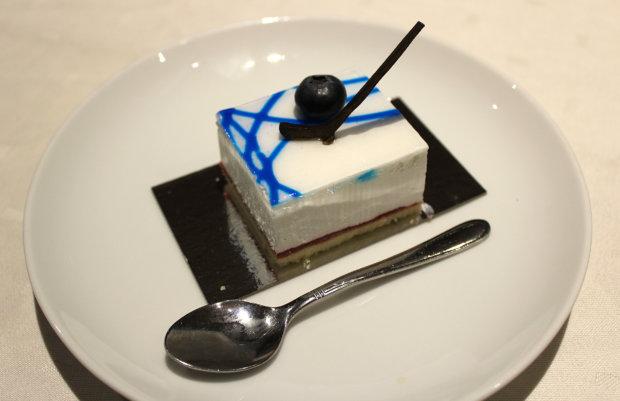 Kakkukahveilla herkuteltiin 2019 palalla varta vasten tehtyä kiekkokakkua. Maila oli suklaata. Kuva: Erkki Koivisto