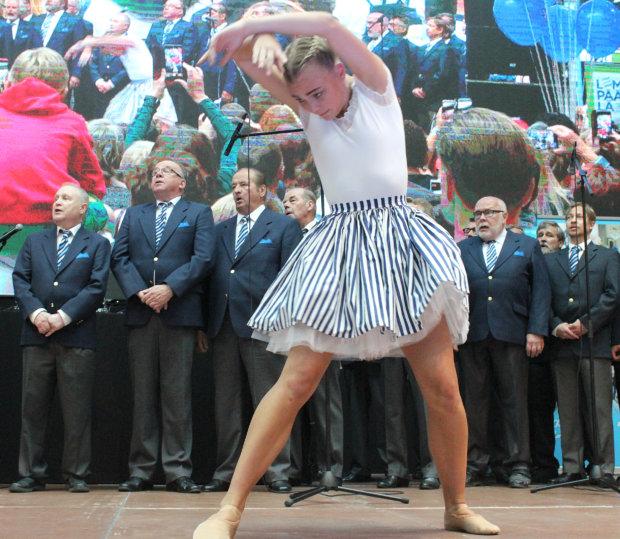 Finlandia kuultiin Lempäälän mieskuoron tahdissa, ja Heidi Salminen The Royal Swedish Ballet'ista esittää upean balettinumeron. Kuva: Erkki Koivisto