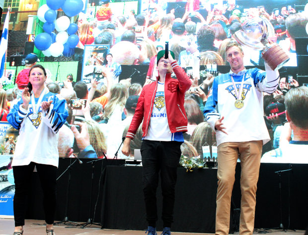 DJ ILG (keskellä) huudatti Jennin ja Markon kanssa yleisö biisillä Löikö Mörkö sisään? Kuva: Erkki Koivisto