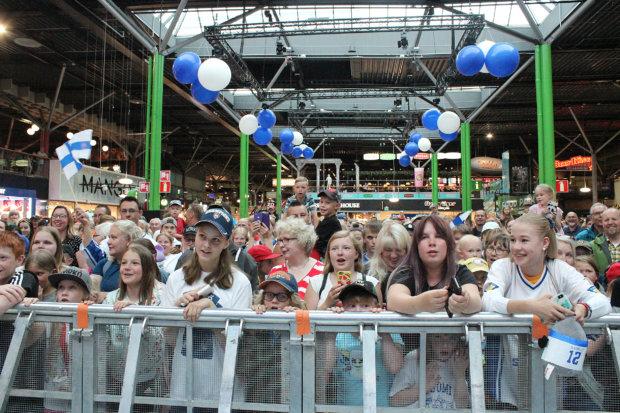 Keskusaukiolle oli kertynyt parhaimmillaan yli 4 000 katsojaa. Kuva: Erkki Koivisto