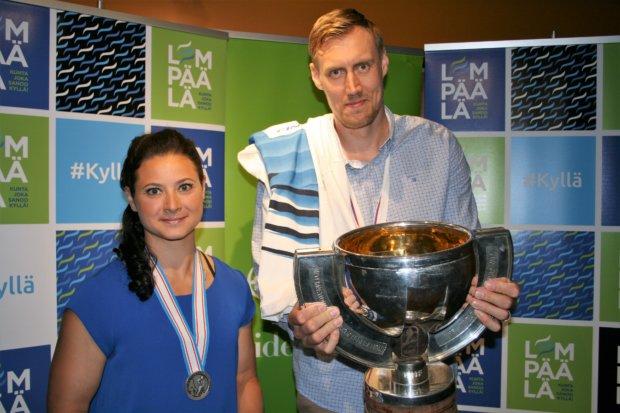 Jenni Hiirikoski ja Marko Anttila kiittivät upean tapahtuman järjestämisestä. Kuva: Antti Raunio