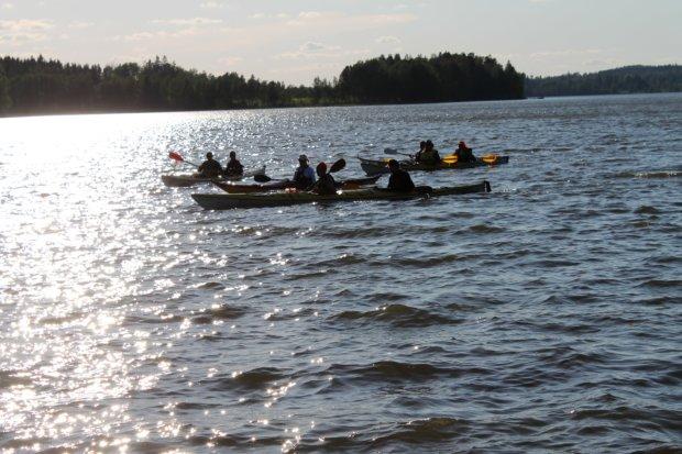 Hieman aaltoileva järvi ja sivutuuli pidensivät matkantekoaikaa. Kuva: Antti Raunio