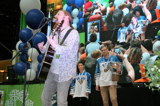 Henry Kuronen esitti yhteislauluna klassisen Sankarit-kappaleen, jonka aikana mitalistit saapuivat lavalle isojen hurraahuutojen siivittämänä. Kuva: Antti Raunio