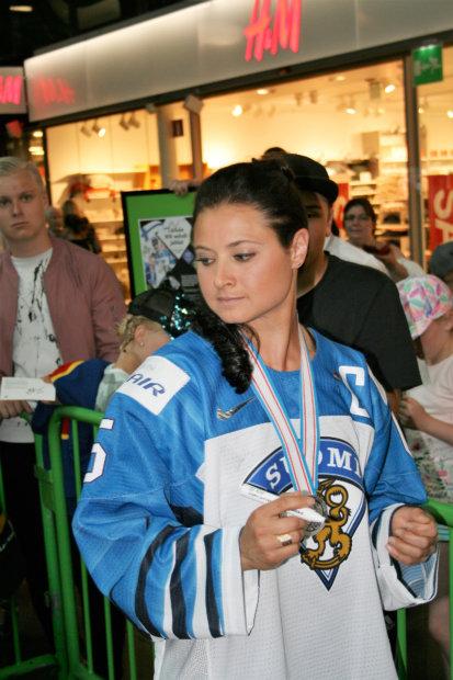 Jenni Hiirikoski ei aina tiennyt miten päin olla, onnitteluita tuli joka suunnasta. Kuva: Antti Raunio