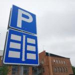 Liikennemerkki kaatui pysäköidyn auton päälle – kunta korvaa korjauksen