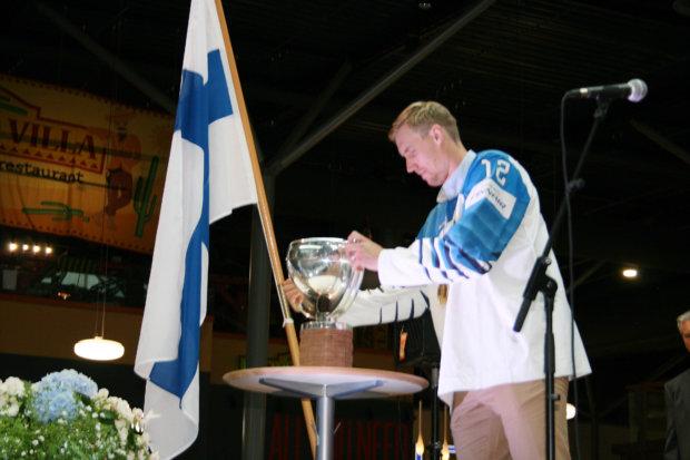 Marko Anttila laittoi MM-pokaalin kaikkien nähtäväksi. Kuva: Antti Raunio