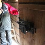 Tapani Kauppinen tutkailee kyläsepän aikoinaan takomaa järeää lukkolaiteta jyväaitan ovessa.