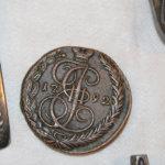 Museo-oppaalla ei ole hajuakaan, miten vuosiluvulla 1792 merkitty venäläinen kolikko on asikoinaan taloon päätynyt. Kuva: Erkki Koivisto