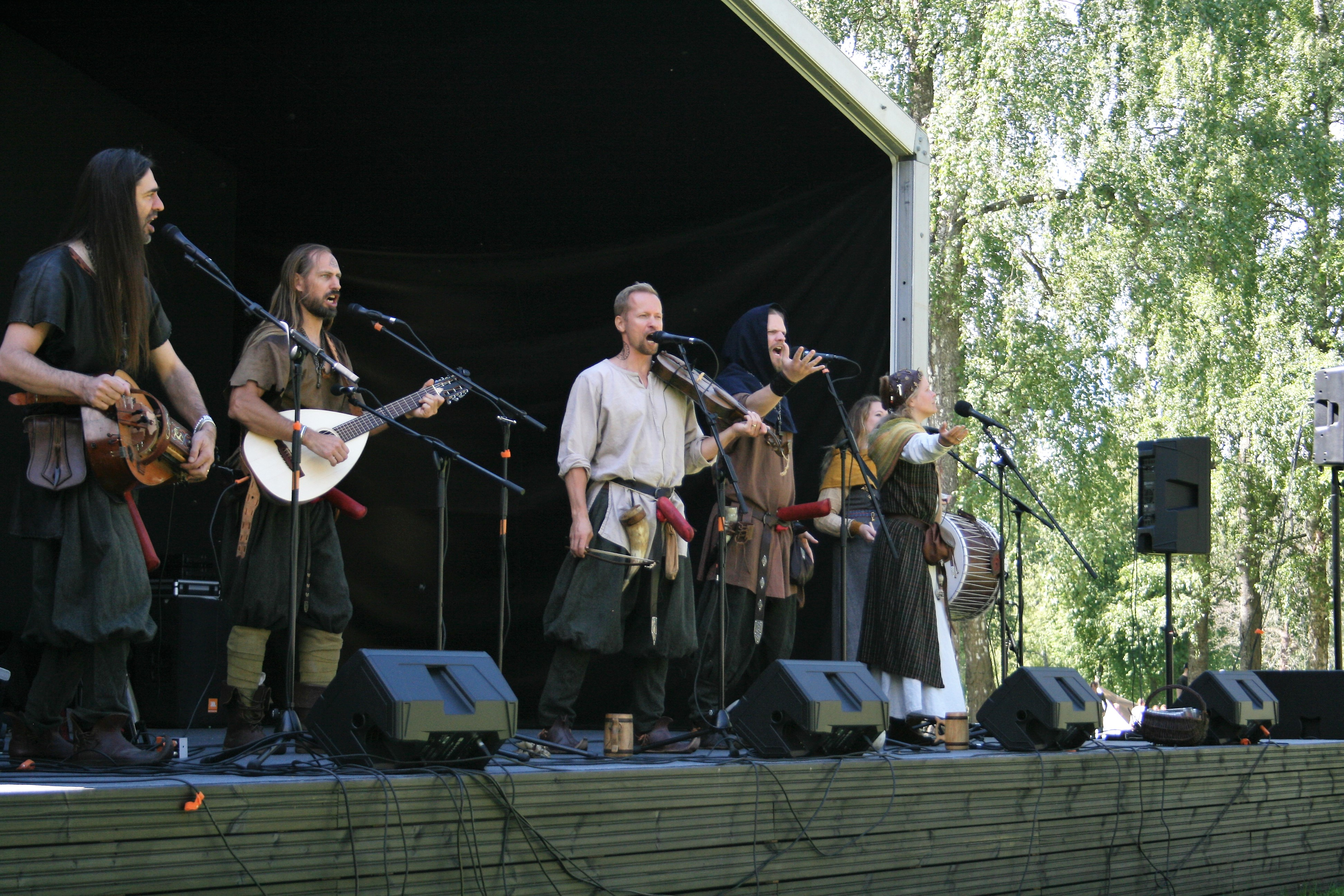 Viikinkibändi Medvind esiintyi Muinainen Laukko -festivaalissa. Kuva: Antti Raunio