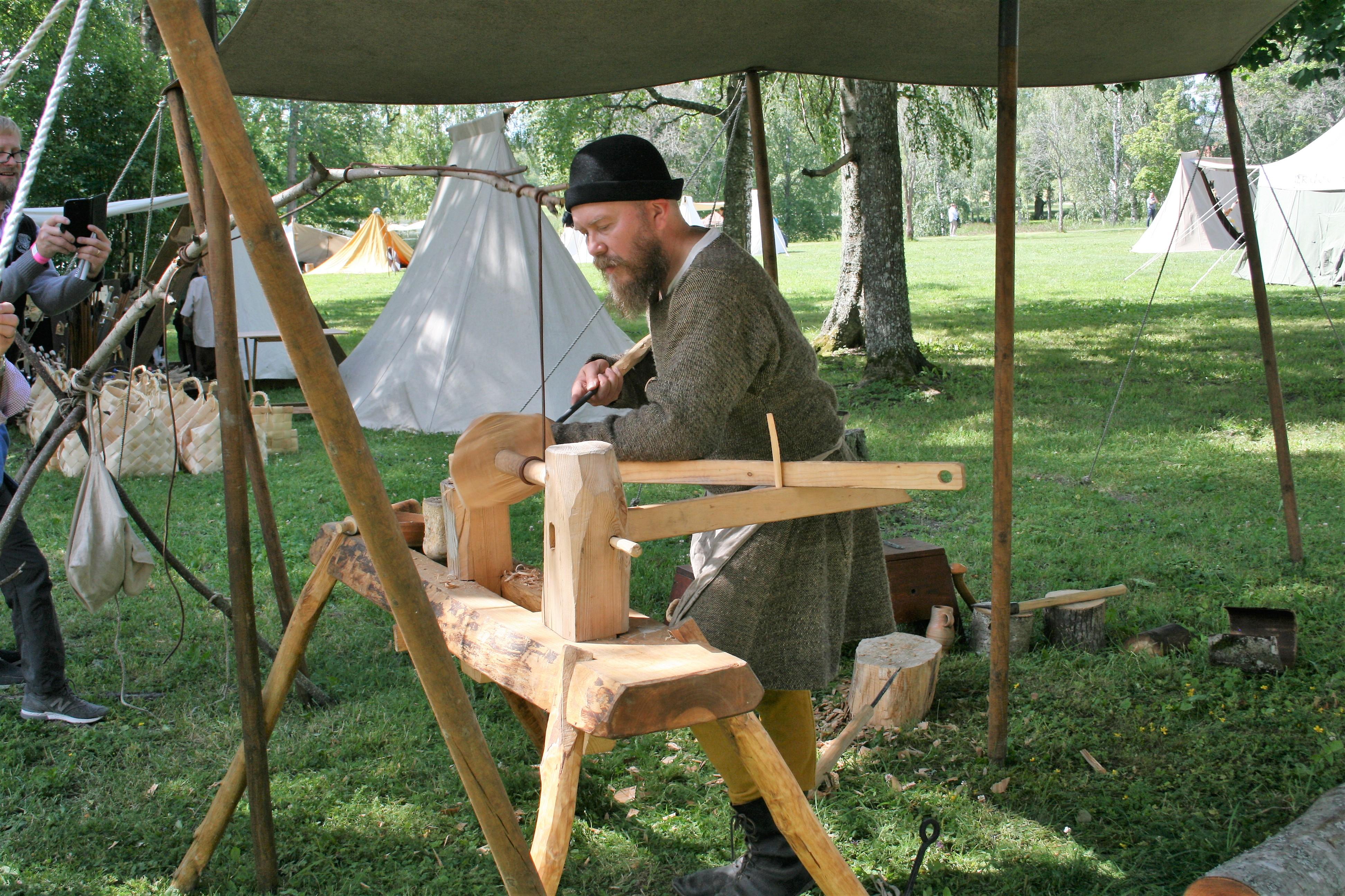 Vanhanaikaista puusorvausta. Kuva: Antti Raunio
