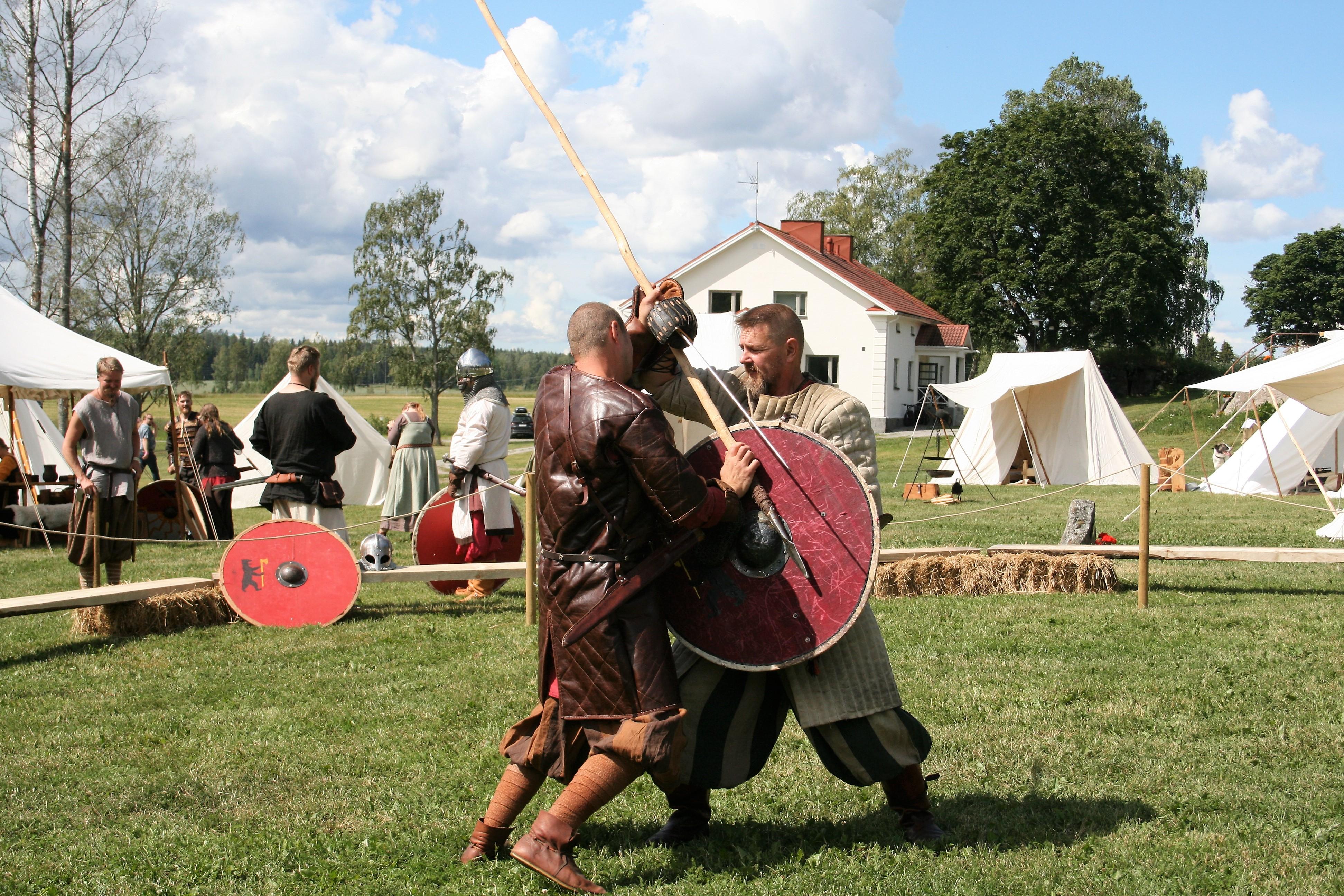 Viikinkiaikaiseen taistelvarustukseen kuului kilpiä ja seipäitä. Kuva: Antti Raunio