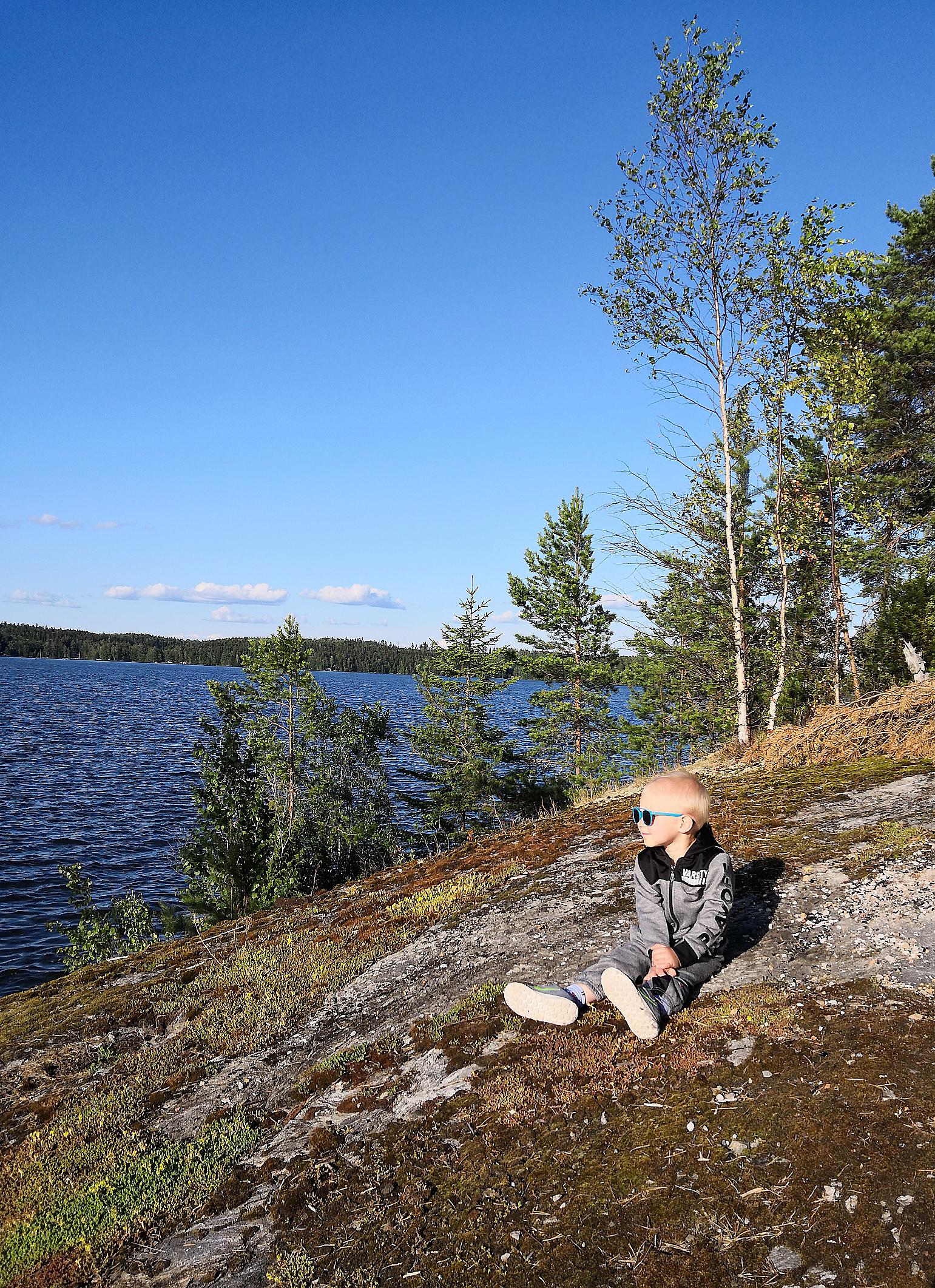 Vili ihailee järvelle aukeavia saarimaisemia. Kuva: Henna Laineenoja