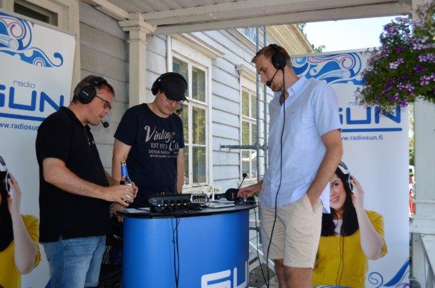 Radio SUN teki suoraa lähetystä markkinoilta, vieraana piipahti myös Mörkö-Marko. Kuva: Antti Raunio