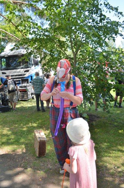 Riesa-Pelle viihdytti lapsia muun muassa ilmapallotaiteella. Kuva: Antti Raunio