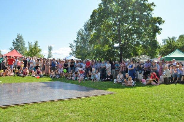 Tangokuningattaren ensimmäistä esiintymistä oli tullut seuraamaan suuri yleisöjoukko. Kuva: Antti Raunio