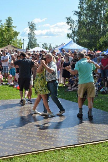 Tangokuningatar sai yleisön tanssahtelemaan. Kuva: Antti Raunio