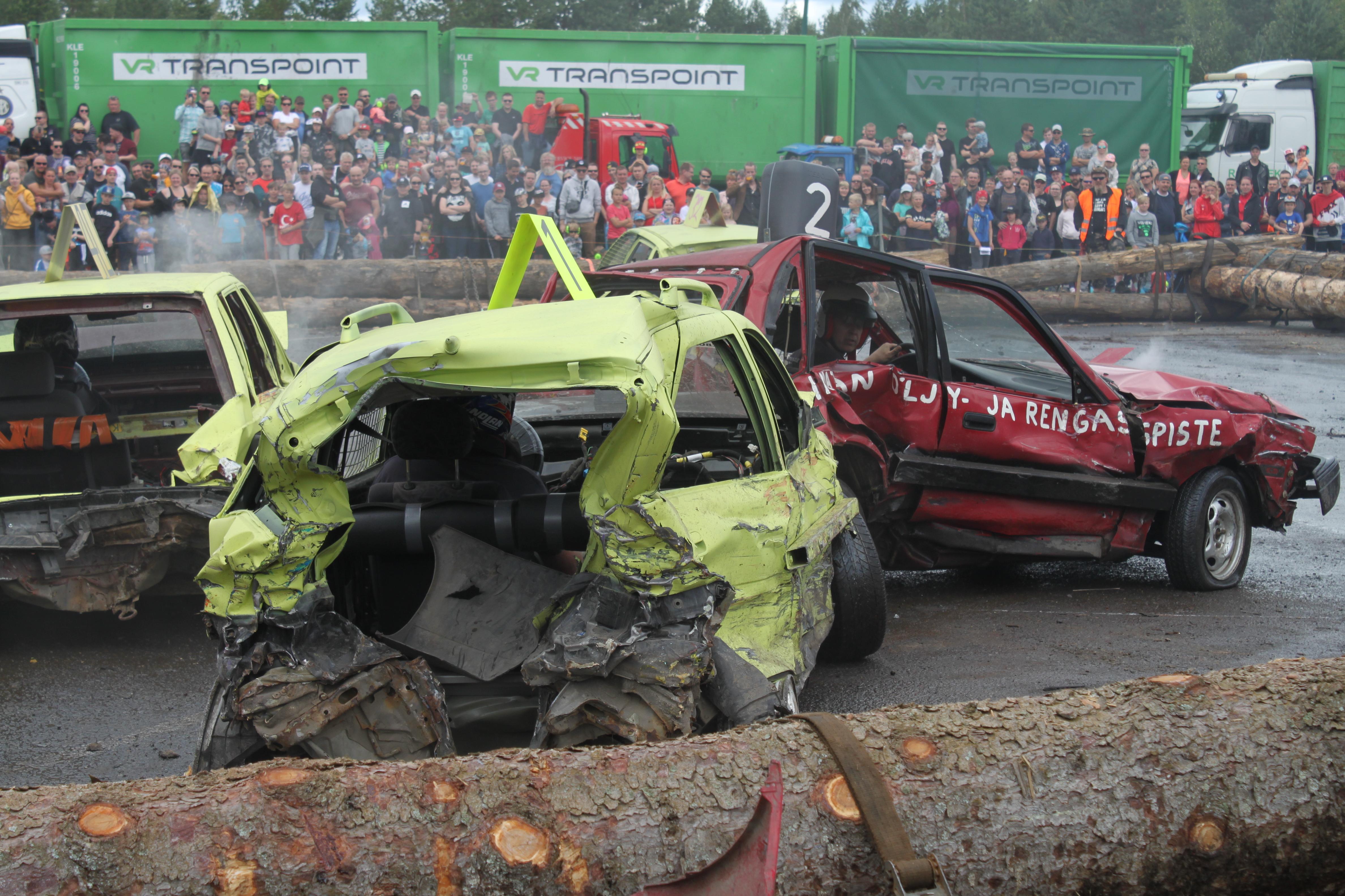 Autot olivat jo valmiiksi rutussa ennen kilpailua ja lisää vaurioita tuli koko kilpailun ajan. Voittajaksi finaalissa selviytyi se, jonka auto kykeni viimeisenä kehässä liikkumaan. Kuva: Annika Eronen
