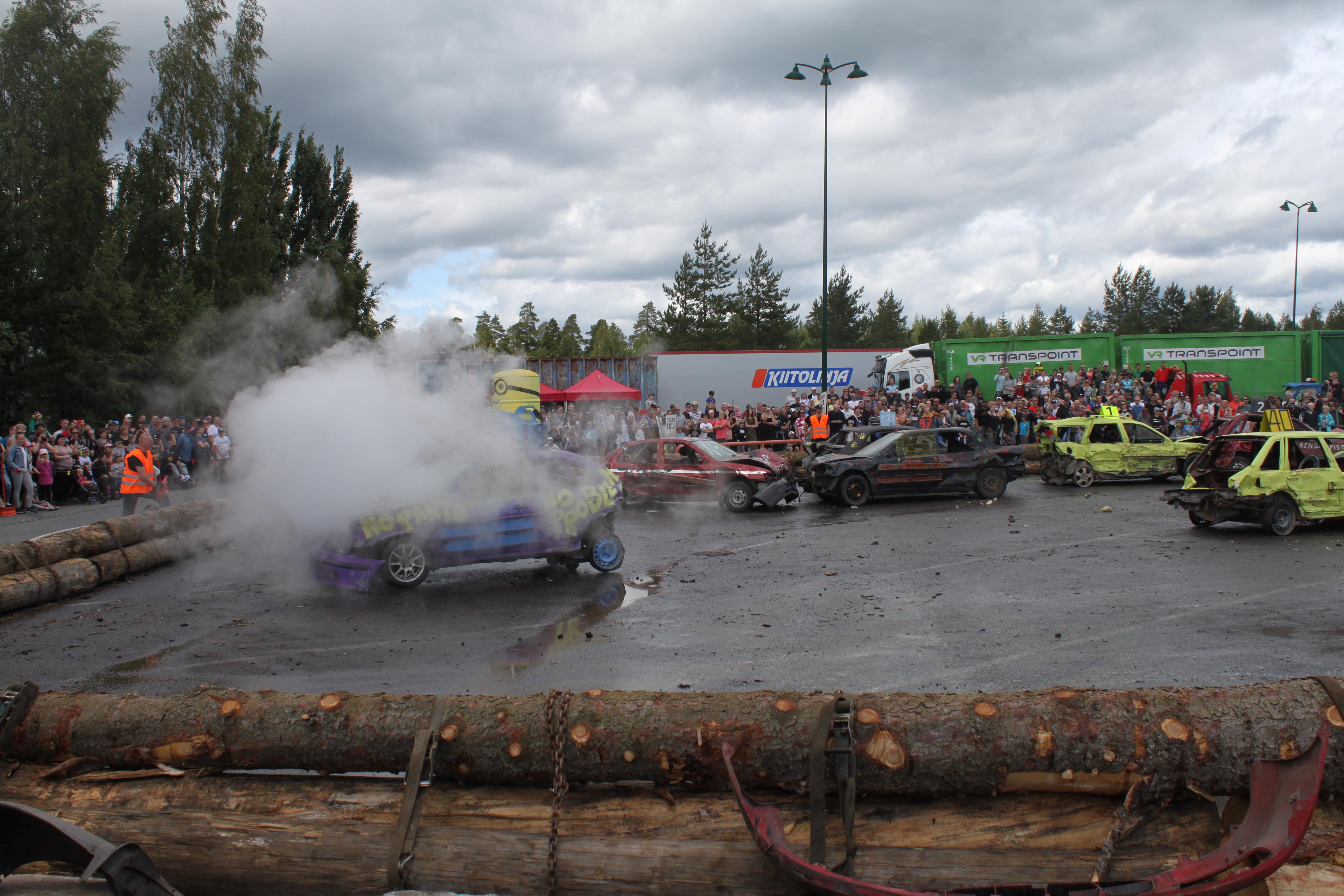 Sankka savu kertoi siitä, että pieni väliaikaishuolto oli autolle numero 18 paikallaan. Kuva: Annika Eronen