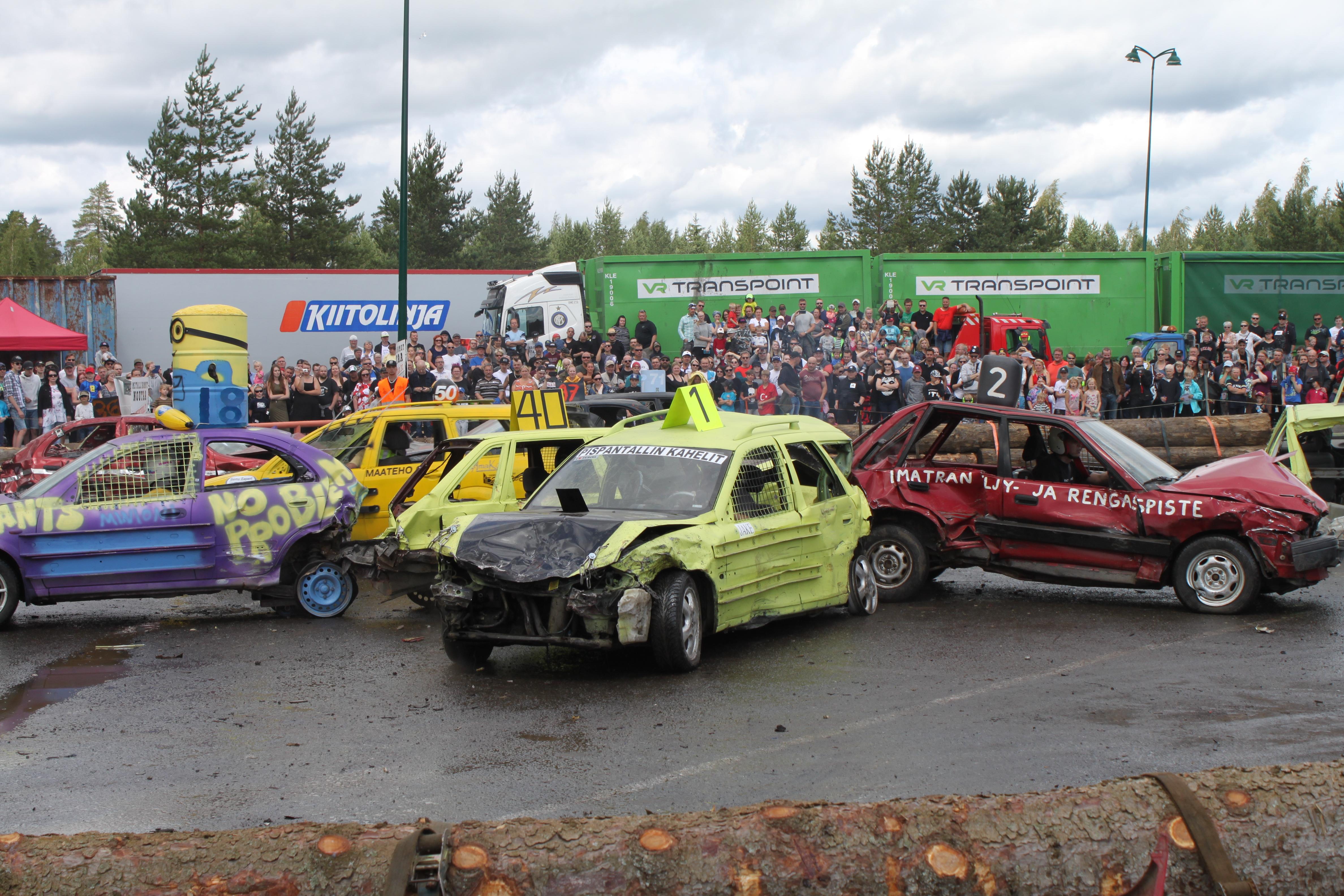 Romurallissa toisia autoja pyritään vahingoittamaan ja usein tämä tapahtuu peruuttamalla niitä päin. Näin oma auto ei kärsi niin suuria vahinkoja kuin jos toiseen autoon törmäisi moottoripää edellä.  Kuva: Annika Eronen