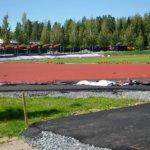 Katsomopalkit hipovat jo taivasta ja juoksurata punertaa urheilukentällä
