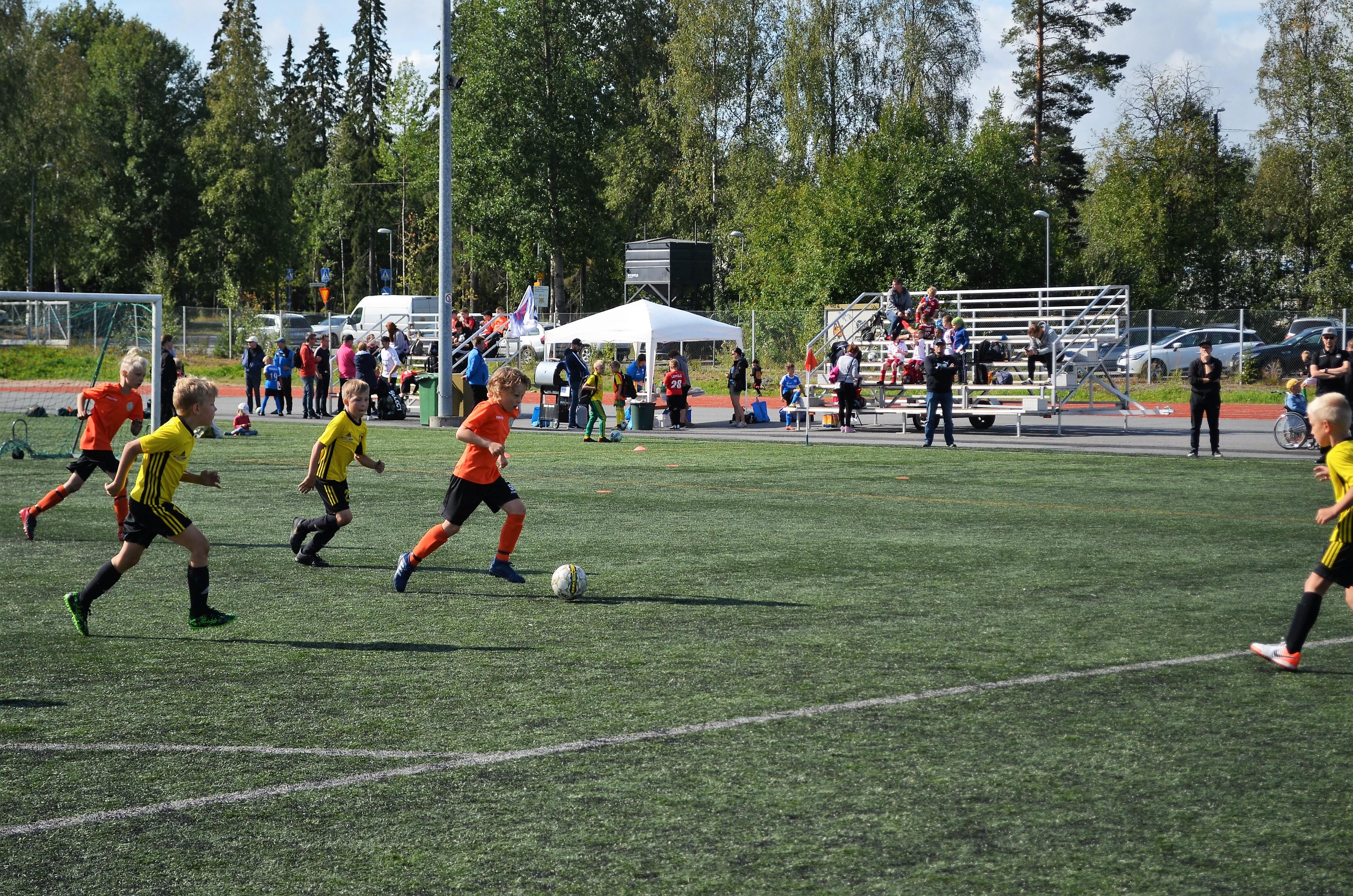 Katepal-turnauksessa oli kahden päivän aikana 45 joukkuetta yli kymmenestä seurasta. Kuvassa Loiske ja NoPS. Kuva: Antti Raunio