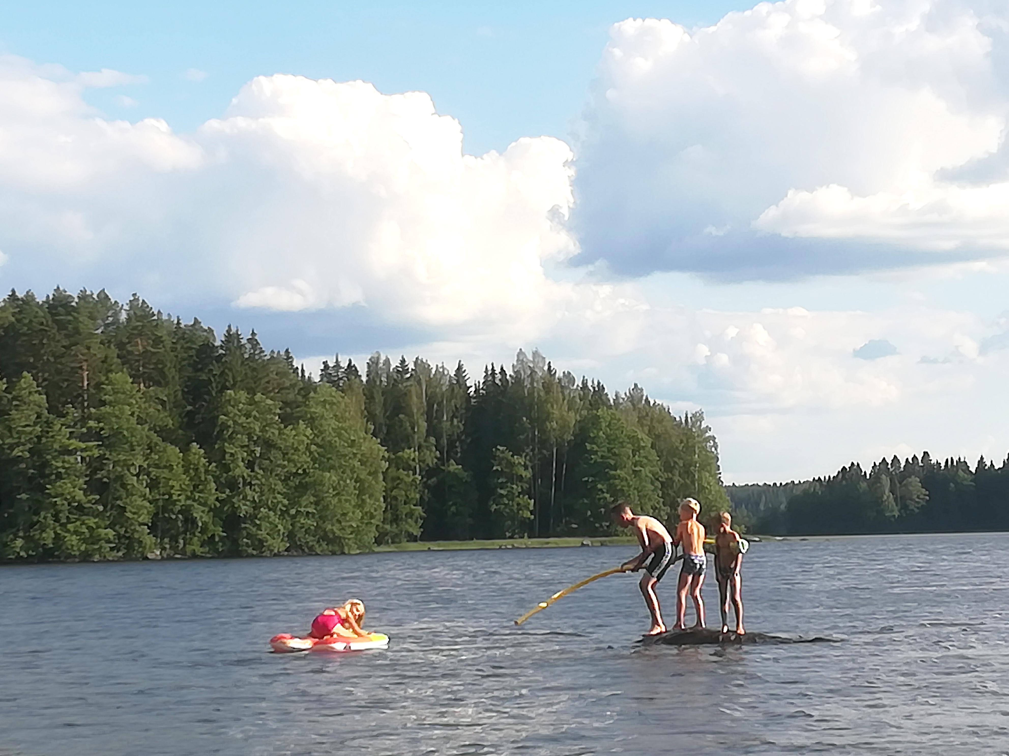 Kesäuimarit Suonojärvellä mökkirannassa. Kuva: Riikka Valkeamäki