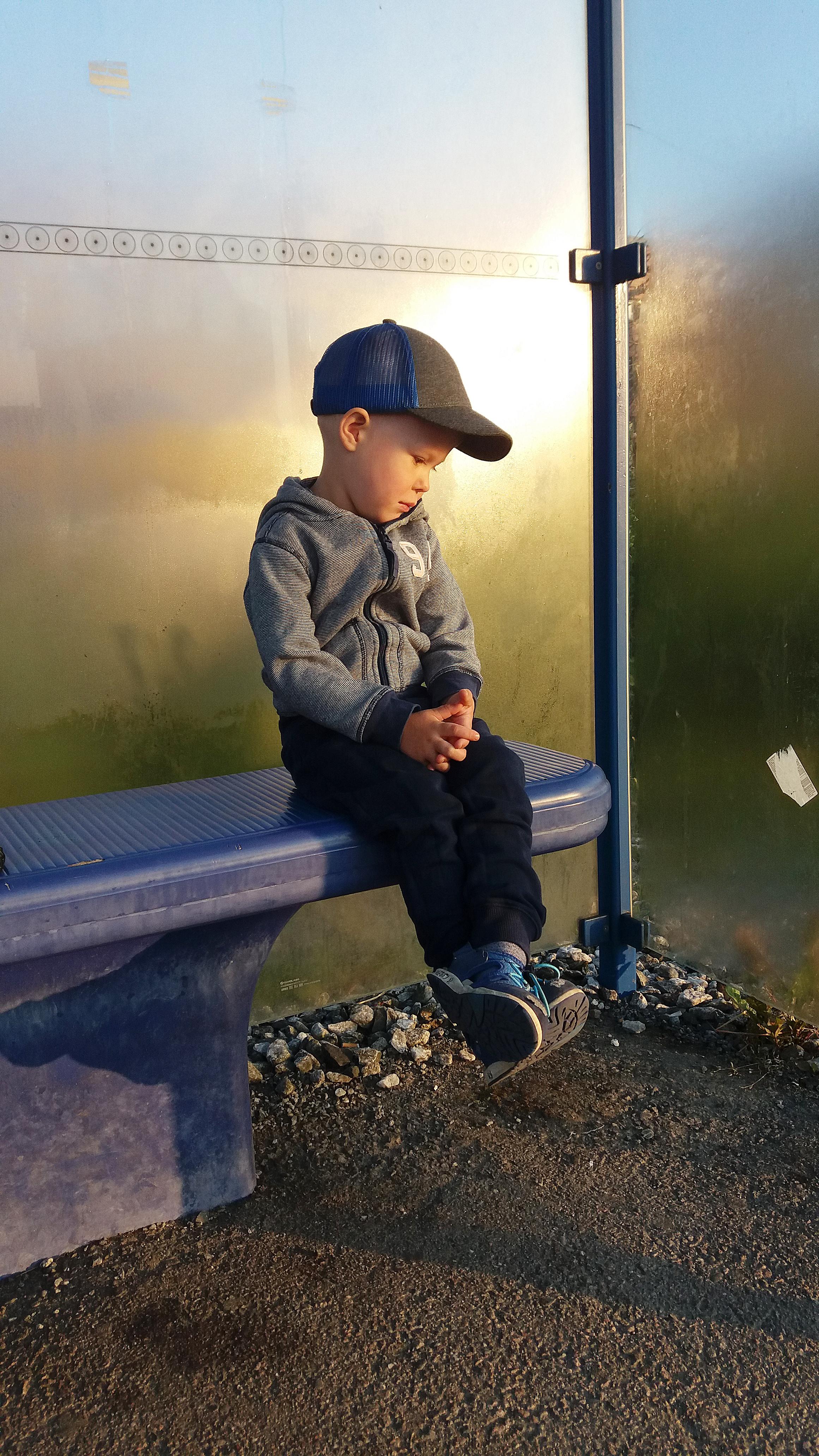 Ensimmäinen junamatka, jännitystä ilmassa. Tyttärenpoika Veeti odottelemassa junaa saapuvaksi aamun aikaisina tunteina. Kuva: Piia Heikkinen