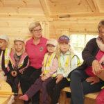 Kipinää metsäeskarilaisten luonto-opetukseen: Leijonat luovuttivat kodan Kuljun koulun käyttöön