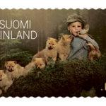 """Uusissa postimerkeissä on Vesilahti mukana – kuvauksissa mukana seitsemän koiranpentua ja lapsia. """"Liikkuvia osia oli paljon"""", kuvaaja nauraa"""