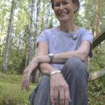 Kahvilusikasta rannekoru, kummilusikasta korusetti – Kirsi puhaltaa unohdetut hopeaesineet henkiin