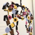 Englanninlakritsihuivi ja nallekarkkilapaset – Kaja Selterin näyttelyssä villasukka on syötävän näköinen