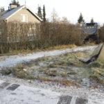 Kuorma-auto törmäsi sähkökaapin yli omakotitalon pihaan Vanattarantiellä