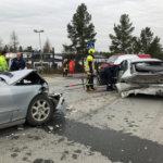 Kuljuntiellä raju peräänajo – Henkilöauto rusentui romuksi.  Pelastuslaitos joutui pilkkomaan autoa saadakseen kuljettajan ulos