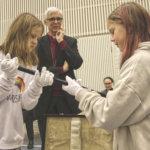 Narvan koulun oppilaat arvailivat, mitä löytyy piispan salkusta – Hiippa, rahaa, eväät vai ?