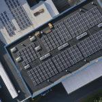 Satsaus vihreään energiaan Lempäälässä: Kiillon katolle asennettu yli 3 000 aurinkopaneelia
