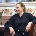 Kirsi Nieminen kävelee työssään liki 11 tuntia, lounaskahvilayrittäjän oma aika löytyy autoradalta ja crossing-tunneilta – Katso 360-kuva Mamman keittiöstä