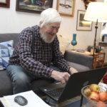 """81-vuotiaalle Heikki Saariselle tietokoneesta on paljon iloa – """"Voisi sanoa, että olen itse oppinut"""""""
