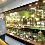 Maailman ensimmäinen salibandymuseo avasi tilansa yleisölle Ideaparkissa – Kauppakeskuksen kentillä pelaa vuosittain puolisen miljoonaa lajin harrastajaa