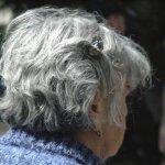 Asumisyksiköiden vanhusten ikävään keinoja kirjeistä videopuheluihin – Yhteys läheisiin vaikuttaa hyvinvointiin