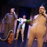 NELJÄ TÄHTEÄ: Kuviakumartamaton Fingerpori taipuu sulavasti strippisarjakuvasta eheäksi näytelmäksi