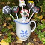 Karmivat kakkutikkarit! – Tee Kakkukunkun ohjeella veikeät cake popsit halloweenjuhliin
