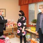 Leijonat lahjoittivat lapsiperheille – Seurakunnan diakoniatyö jakaa S-ketjun lahjakortit jouluksi