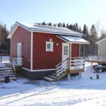 Ensimmäiset pientalot Narvanjoen varrella ovat saaneet asukkaat – Loput talot tuotiin keskiviikkona paikalle