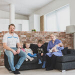 """Nelilapsinen Ojalan perhe löysi täydellisen tontin Ylöjärveltä ja nyt odotetaan, että Siltatien koulu valmistuisi luvatusti: """"Tämä on yksi ainoista isoista miinuksista Ylöjärvellä"""""""