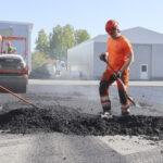 Bitumikatteiden kierrätys asfaltiksi laajenee – Katepalin pihaa päällystettiin tuotannosta syntyneellä bitumijätteellä