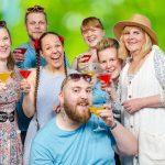 Rämsöön ja Hakkarin kesäteattereissa huumorin- ja musiikintäyteinen kesäilottelu – Sketsejä ja 26 toisistaan poikkeavaa musiikkinumeroa