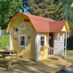 Narvan koulu teki haaveesta totta – koulun pihalle rakennettiin leikkimökki
