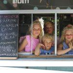Perheen oma jäätelökioski tuo perheen ja neljä sukupolvea yhteen – katso kuvat kesän suloisimmalta jäätelökioskilta