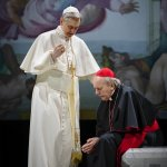 VIISI TÄHTEÄ: 76-vuotiaan Sarkolan ja 77-vuotiaan Roineen elämänkokemus tekee Kahdesta paavista vakuuttavan ja tunnepitoisen näytelmän