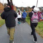 Joukko valtuutettuja käveli koulumatkan